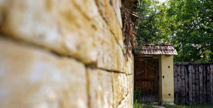 printre case de piatră